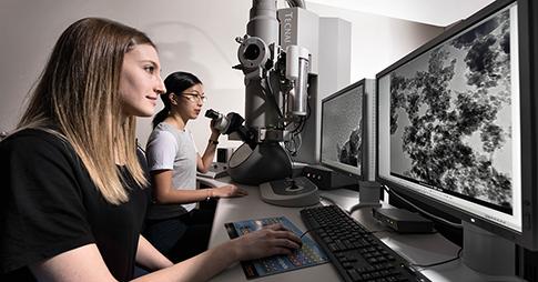 Deux jeunes femmes dans un laboratoire