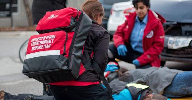 Deux membres d'une équipe d'urgence travaillent auprès de deux victimes.