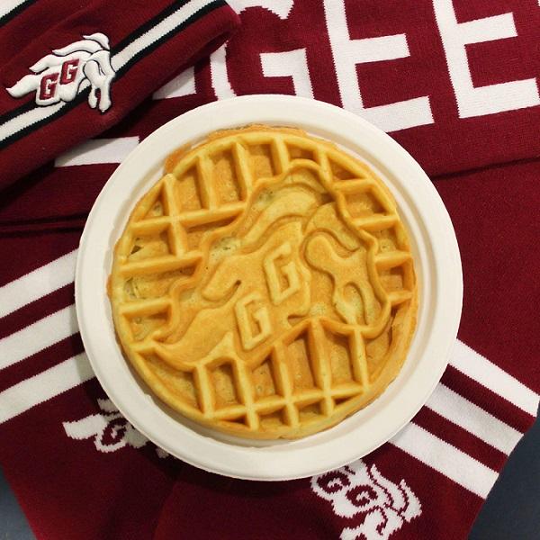 Gaufre avec le logo des Gee-Gees déposée dans une assiette et reposant sur un foulard des Gee-Gees