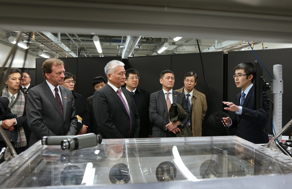 Wang Zhigang and Allan Rock and other delegates in a photonics lab