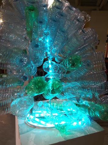 Un gros plan de bouteilles d'eau recyclées utilisées dans la sculpture.