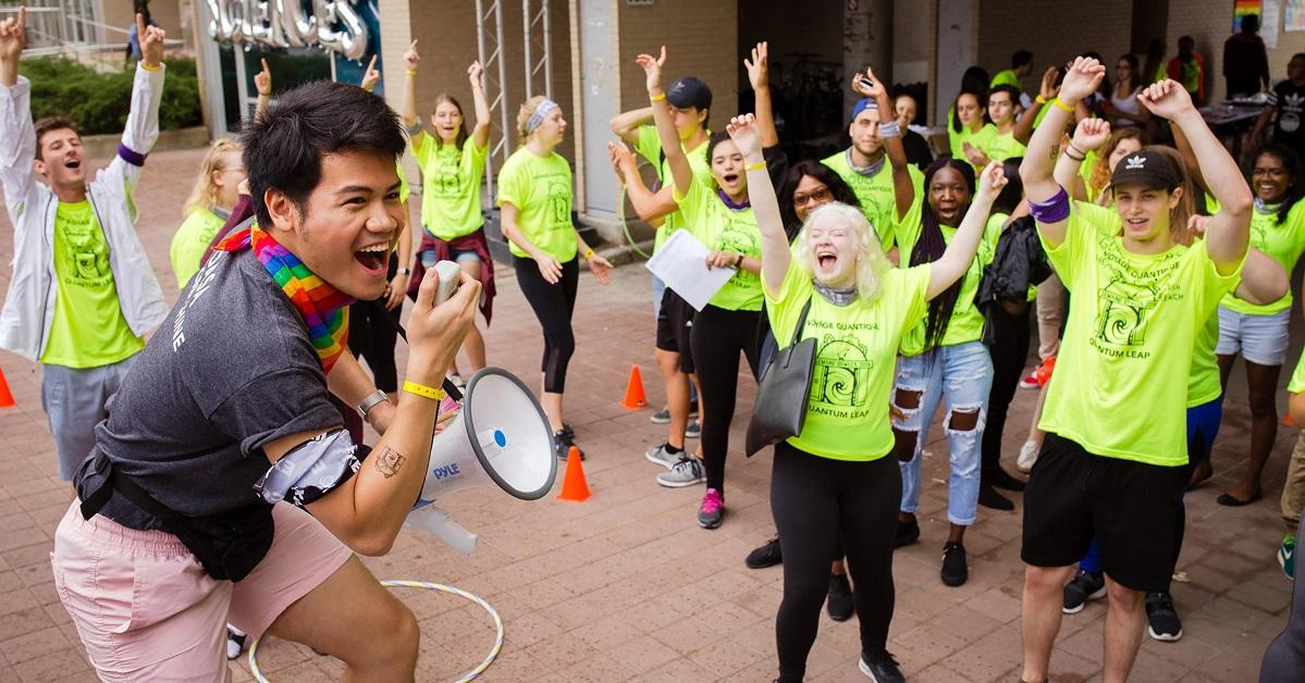 Des étudiants de l'Université d'Ottawa chantent joyeusement lors de la semaine d'accueil.
