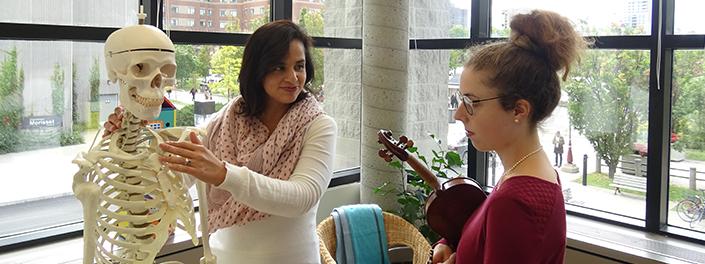 Dapne Mercado dans une séance de physiothérapie avec une étudiante