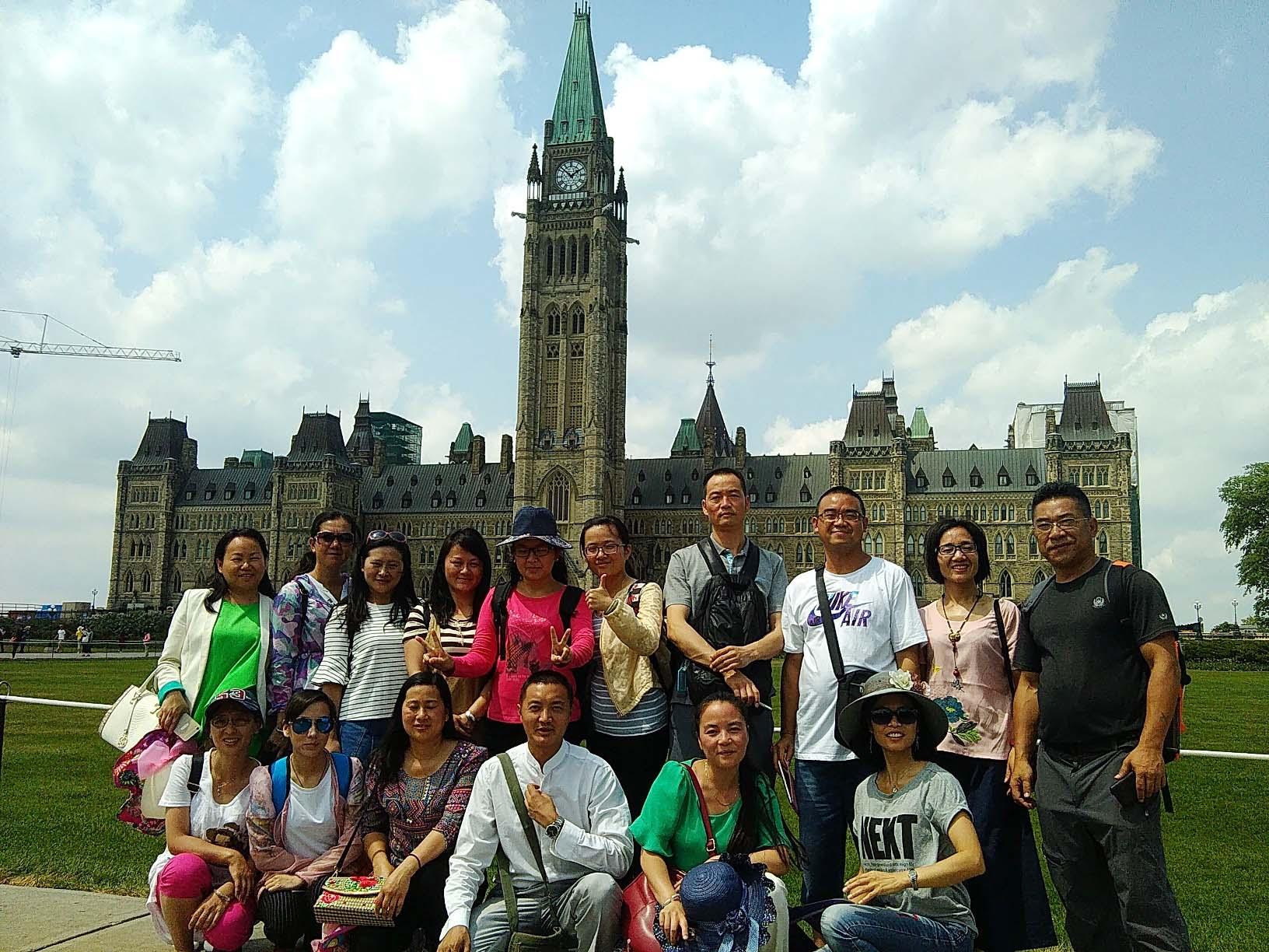 Seize enseignants chinois posent sur la Colline du Parlement à Ottawa.