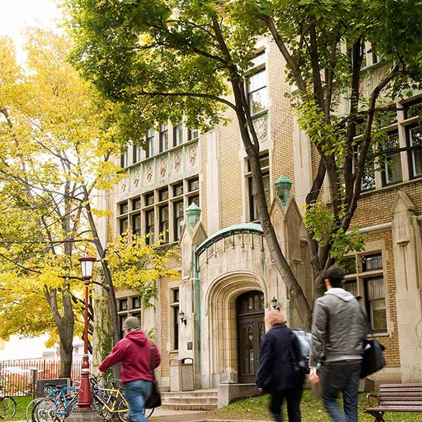 Étudiants se promenant devant le pavillon Hagen