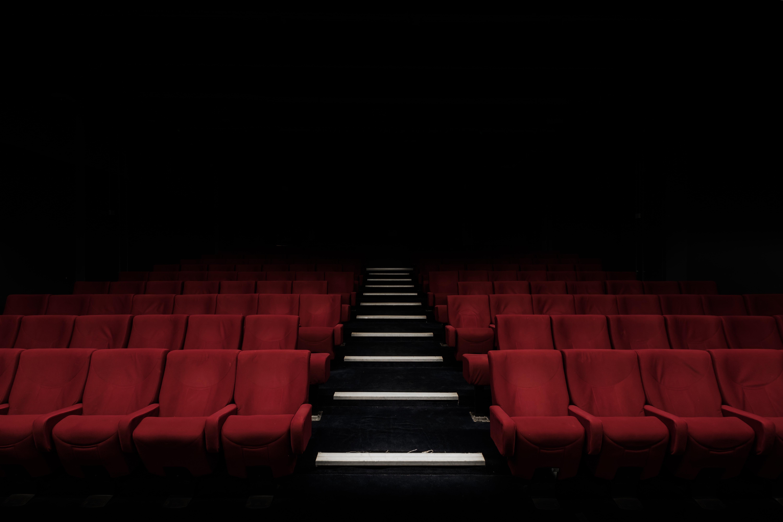 Sièges vides rouges dans un théâtre