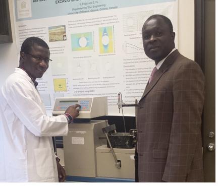 Moussa Thiam avec son superviseur, le professeur Fall, dans le laboratoire de l'Université d'Ottawa