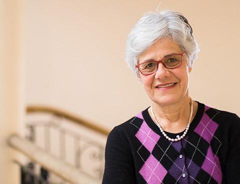Louise Plouffe debout dans le hall d'un edifice à l'Université d'Ottawa