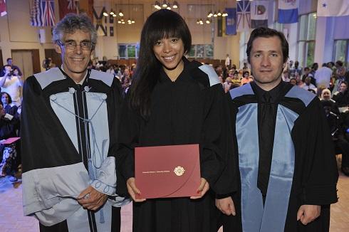 Liliane Lukusa reçoit son diplôme en compagnie du doyen de la Faculté d'éducation et du directeur du programme de Formation à l'enseignement.