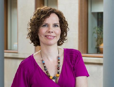 Sophie Lebel sur un balcon de la Faculté des sciences sociales.