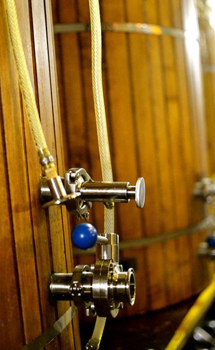 Image rapprochée de tonneaux servant à la fabrication de la bière.