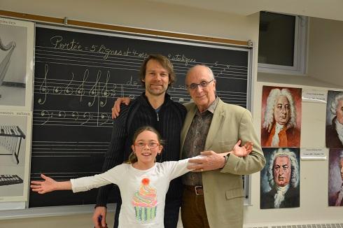 La jeune Charlotte, son père Alain et son grand-père Ubald, un ensemble trigénérationnel au sein de la chorale Francophonia.