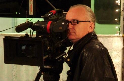 Randall Dark regarde par le viseur de la caméra.