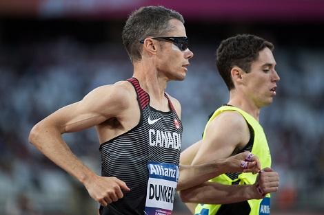 Jason Dunkerley et Jérémie Venne courent ensemble, reliés par une cordelette.