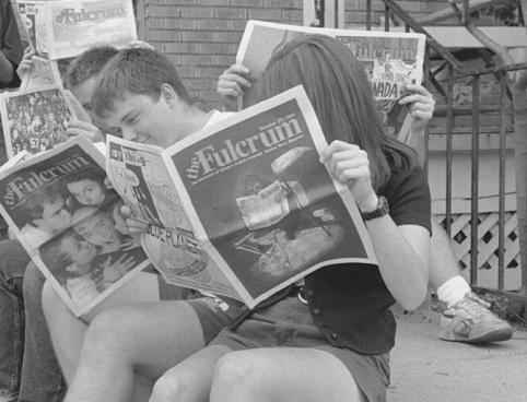 Photo en noir et blanc d'étudiants lisant le Fulcrum au milieu des années 1980.