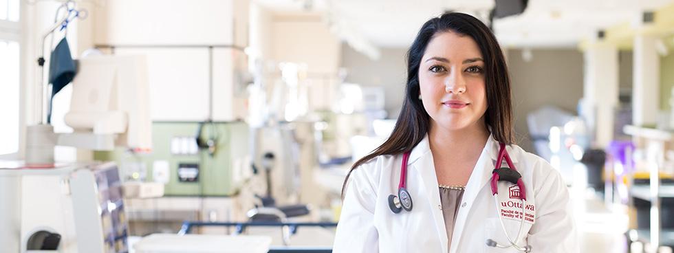 Jessie Nault, étudiante en 4e année de médecine, se tient debout dans un milieu hospitalier.