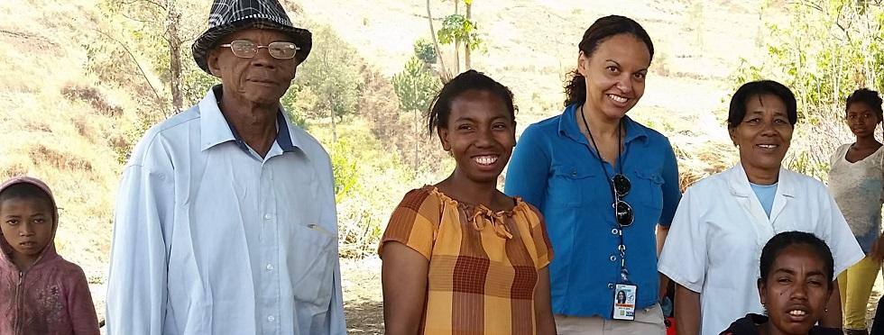 Lidia Kayembe et six autres personnes debout à l'extérieur, dans un milieu rural.