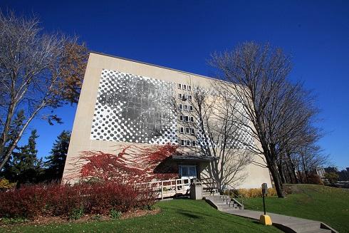 La peinture de Les Yeux laissait voir le mur derrière et les points noirs grisonnants étaient striés de blanc.