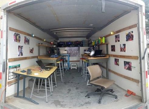 L'intérieur du Maker Mobile, dans lequel se trouvent des ordinateurs portables et des imprimantes 3D.