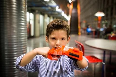 Sebastian Chavarria place son poing contre sa nouvelle prothèse, fabriquée au moyen d'imprimantes 3D.