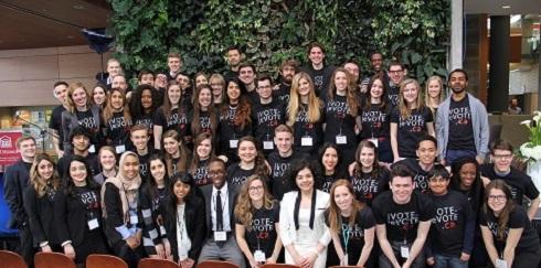 Un groupe d'étudiants, dont Sara Minaeian, portant tous des t-shirts où figure l'inscription iVote-jeVote.