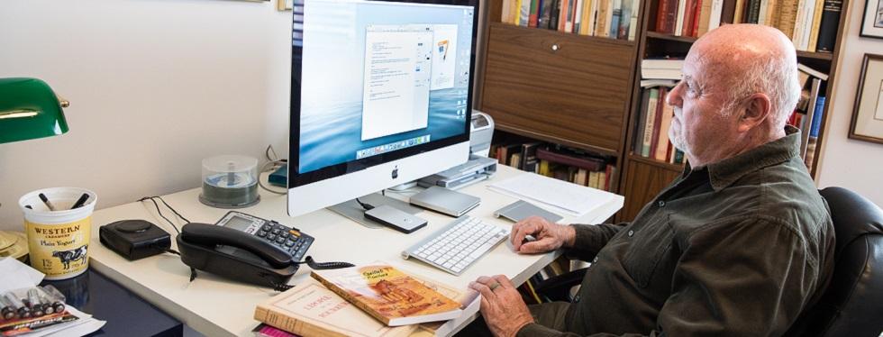 Marcel Pronovost est assise à une table avec ses livres.