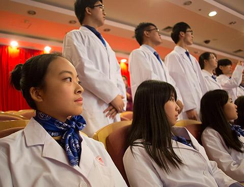 La première cohorte de 56 étudiants chinois de l'École   The first cohort of 56 Chinese students at the Ottawa-Shanghai Joint School of Medicine (OSJSM)