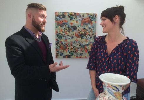Brendan A. de Montigny et Meredith Snider avec une toile en arrière-plan et un vase à l'avant-plan à la galerie PDA Projects.