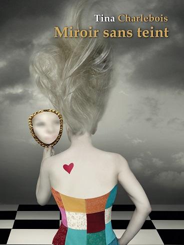 La couverture du livre Miroir sans teint par Tina Charlebois qui montre une femme sur le dos arborant un tatouage en forme de cœur et regardant sa réflexion dans un face-à-main.