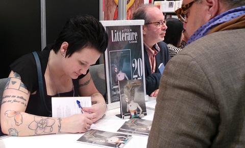 Tina Charlebois au Salon du livre de l'Outaouais 2015 lorsqu'elle a remporté le prix littéraire Le Droit.