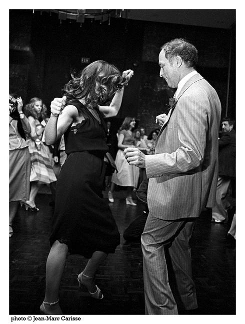 Photo de feu le premier ministre Pierre Elliott Trudeau dansant avec une femme.