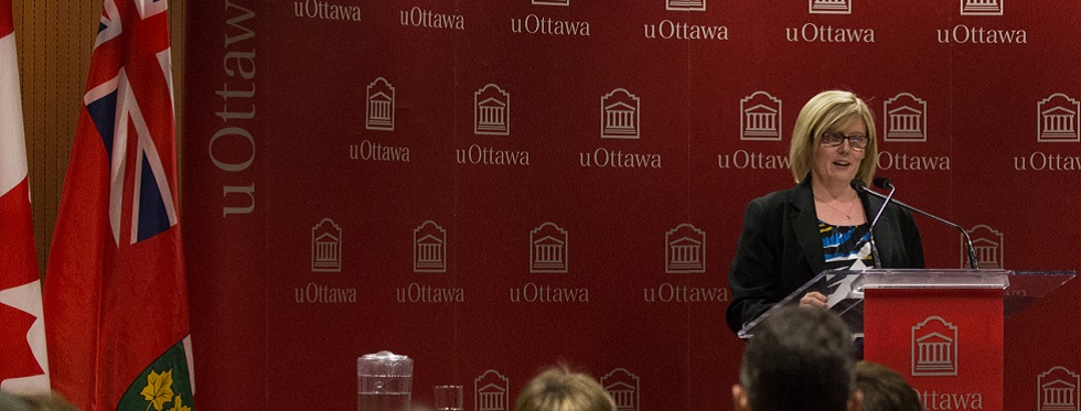 Carla Qualtrough, debout à un lutrin, s'adresse aux étudiants.