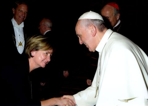 Elizabeth Rody shakes the hand of Pope Francis.