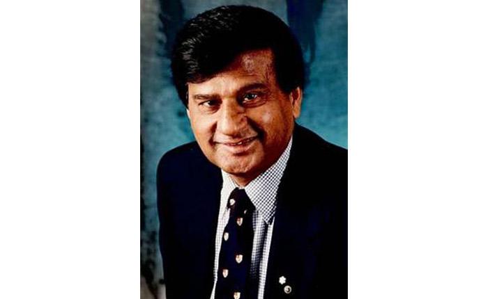Portrait photographique d'un homme en costume-cravate.
