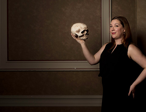 Kathryn Prince tient un crâne humain, dans la tradition shakespearienne.