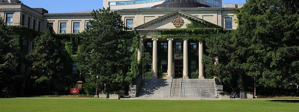 Le pavillon Tabaret avec la pelouse en avant-plan.
