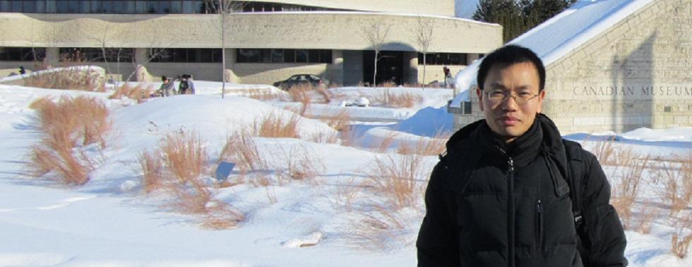 Tao Zhu devant le Musée canadien de l'histoire à Ottawa, en hiver.