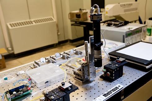 Équipement laser au groupe de laser optique du Département de physique.