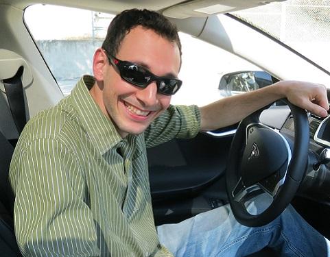 Anthony Bagnulo derrière le volant d'une Model S de Tesla.