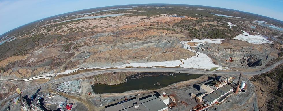 Vue aérienne du site de la mine Giant, avec la courbure de la Terre à l'horizon.