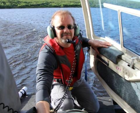 Jules Blais monte dans l'hélicoptère à partir d'un flotteur.