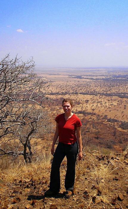Carole Beaudry devant un paysage désertique de la Tanzanie.