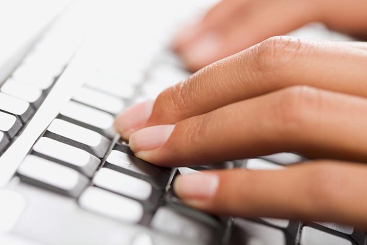 Doigts sur un clavier d'ordinateur