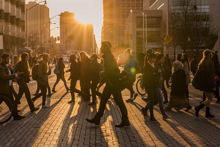 Gens traversant la rue Laurier