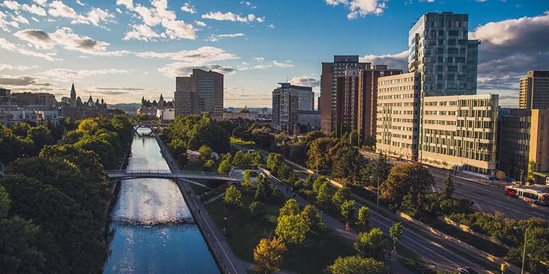 Vue du campus englobant le canal Rideau et le Parlement au loin