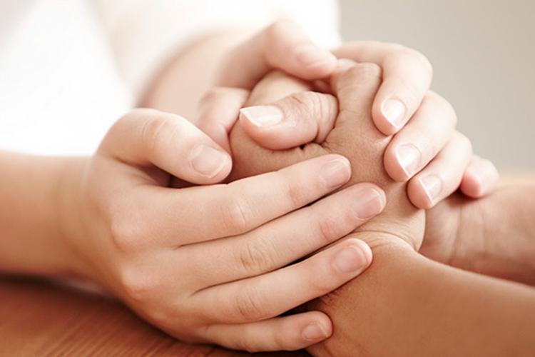 Paires de mains offrant du soutien