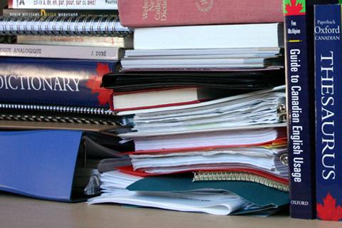 Pile de livres et de dictionnaires
